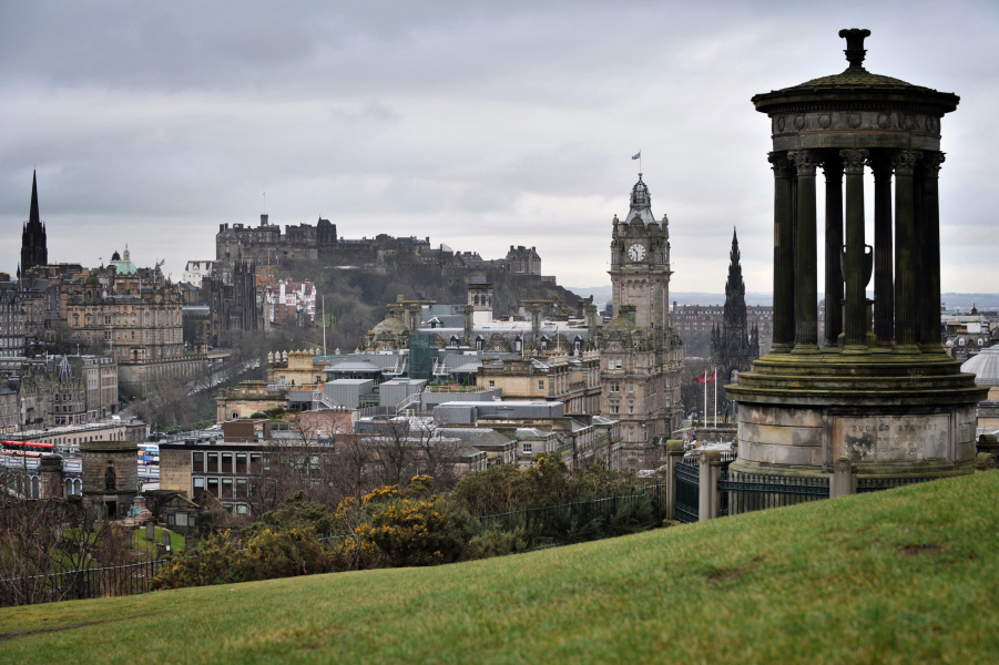 A picture taken on February 8, 2010 in Edinburgh, shows the castle of Edinburgh (2nd L), Balmoral's hotel building (tower in C) and the Nelson monument in Calton Hill (R). AFP PHOTO LIONEL BONAVENTURE