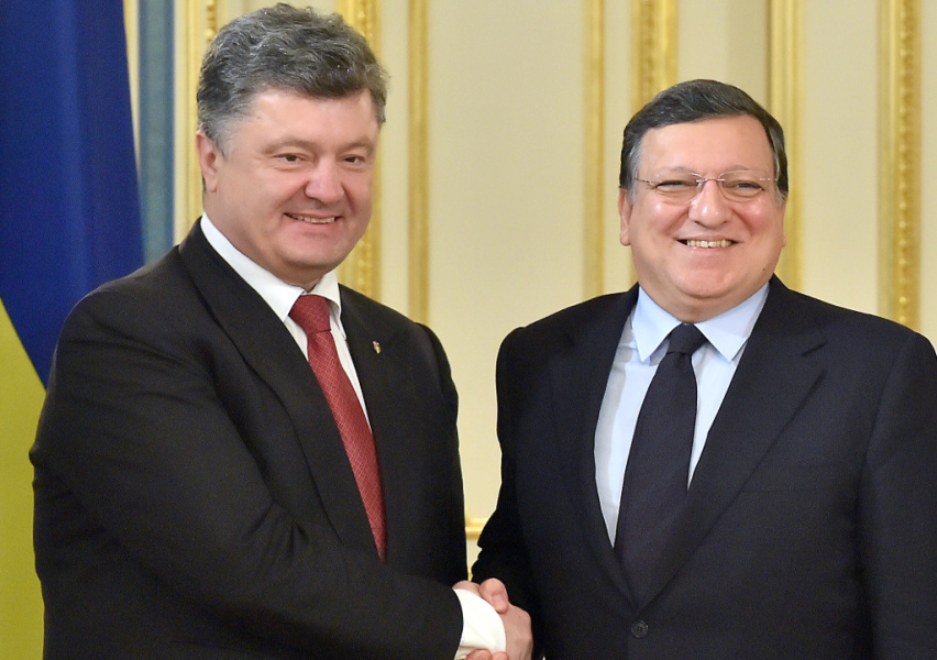 """UKRAINE, Kiev : Ukrainian President Petro Poroshenko (L) shakes hands with European Commission president Jose Manuel Barroso prior to a meeting in Kiev on September 12, 2014. Barroso warned that the Ukraine ceasefire was not enough to achieve long-term peace and chided Russia over its """"unacceptable behaviour"""" in its western neighbour. AFP PHOTO/ SERGEI SUPINSKY"""