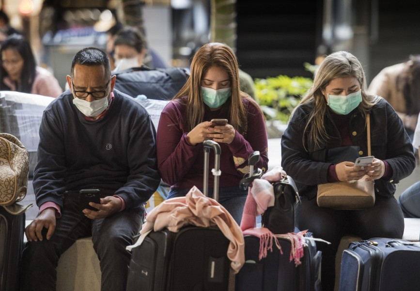 Des passagers portant des masques sanitaires contre le coronavirus à l'aéroport de Los Angeles (Photo d'illustration).