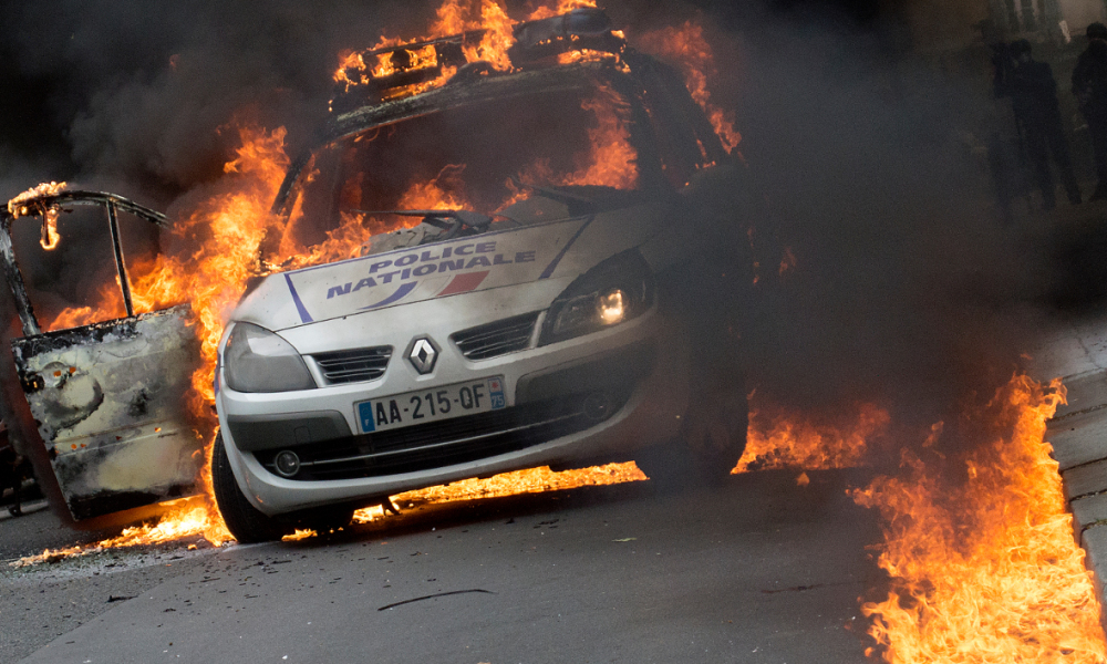 "voiture de police incendiée en feu  - A police car burns after being set on fire during an unauthorized counter-demonstration against police violence on May 18, 2016 in Paris, as Police across France demonstrate today against the ""anti-cop hatred"" they say they have endured during a wave of anti-government protests since early March. Some 350 members of the security forces have been injured during the protests against the labour reforms, including one who lost the use of an eye. CYRIELLE SICARD / AFP"