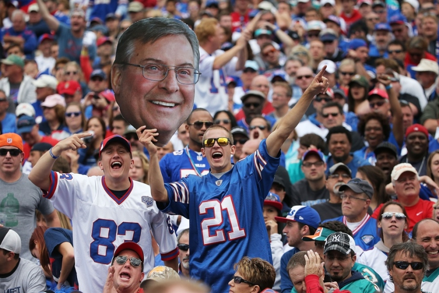 Les supporters des Buffalo Bills avec une photo de Terry Pegula
