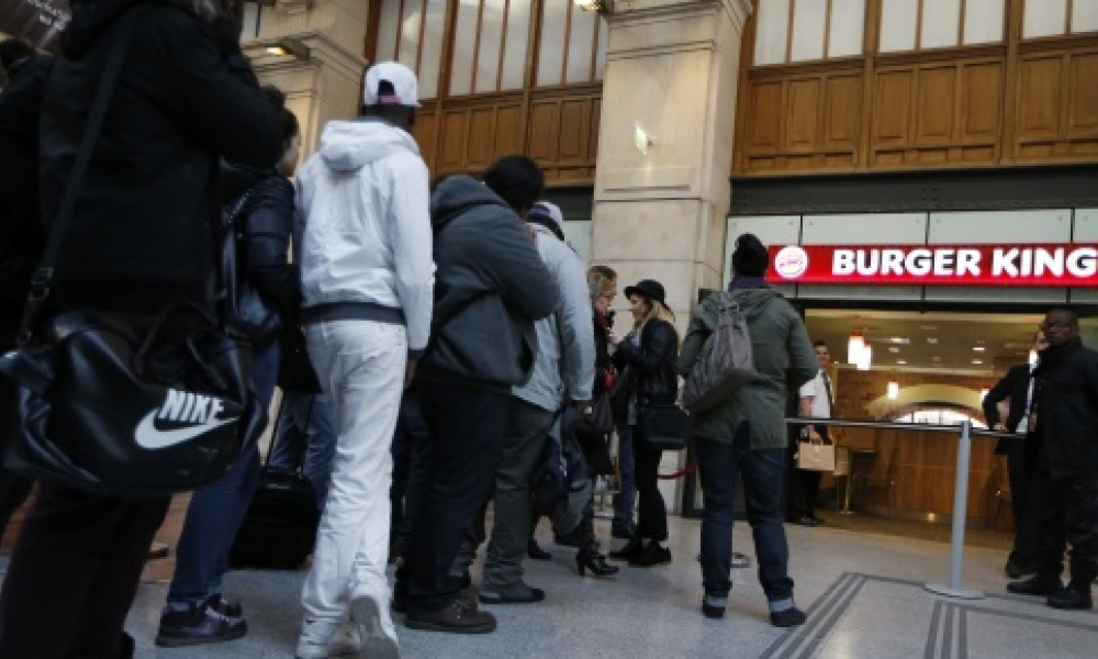 La queue devant le Burger King de Gare Saint-Lazare à Paris, ouvert en décembre 2013.