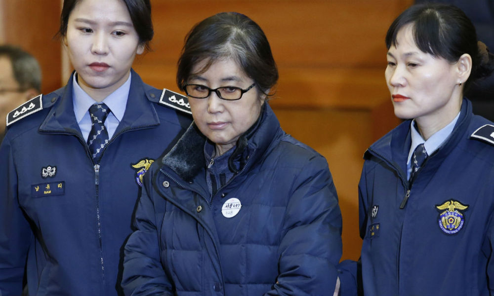 Choi Soon-sil (C), the woman at the centre of the South Korean political scandal and long-time friend of President Park Geun-hye, arrives for hearing arguments for South Korean President Park Geun-hye's impeachment trial at the Constitutional Court in Seoul on January 16, 2017. KIM HONG-JI / POOL / AFP