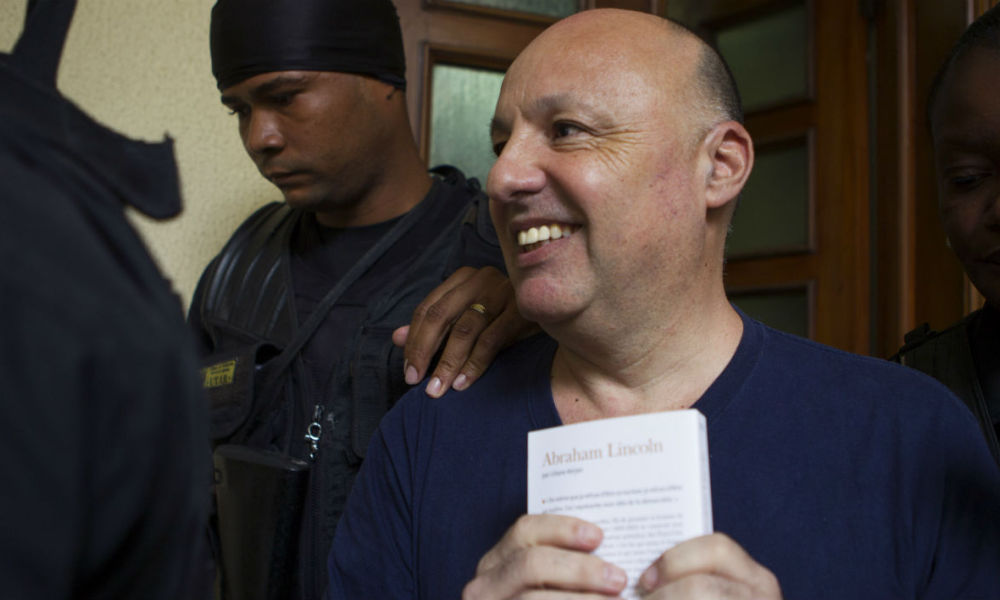 """French criminologist Christophe Naudin leaves under custody the court in Santo Domingo, on May 17, 2017. Naudin is being tried for his presumed participation in the evasion of two French pilots condemned to 20 years for drug trafficking in the sounded """"air cocaine"""" case. Judge Kenya Romero set a hearing for next May 25. Erika SANTELICES / afp"""