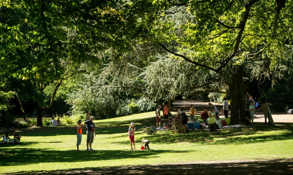 eople cool off in the shade of trees in a park in Lille northern France, on August 24, 2016 as a wave of heat strikes France.  PHILIPPE HUGUEN / AFP