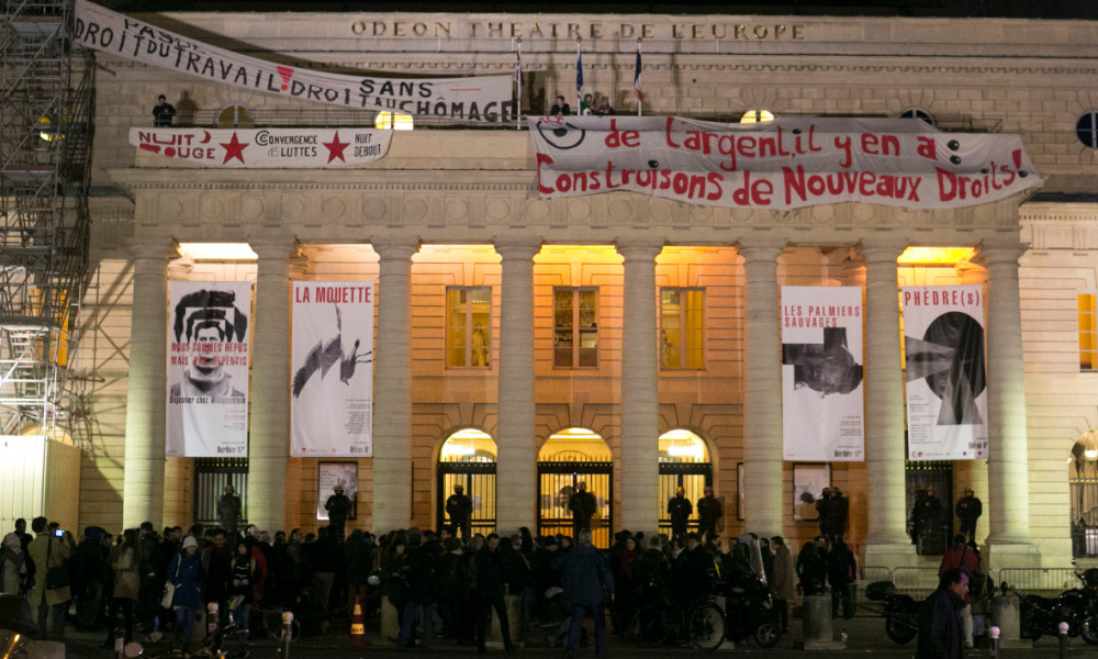 Les intermittents du spectacle occupent le théâtre de l'Odéon à Paris, le 26 avril 2016.