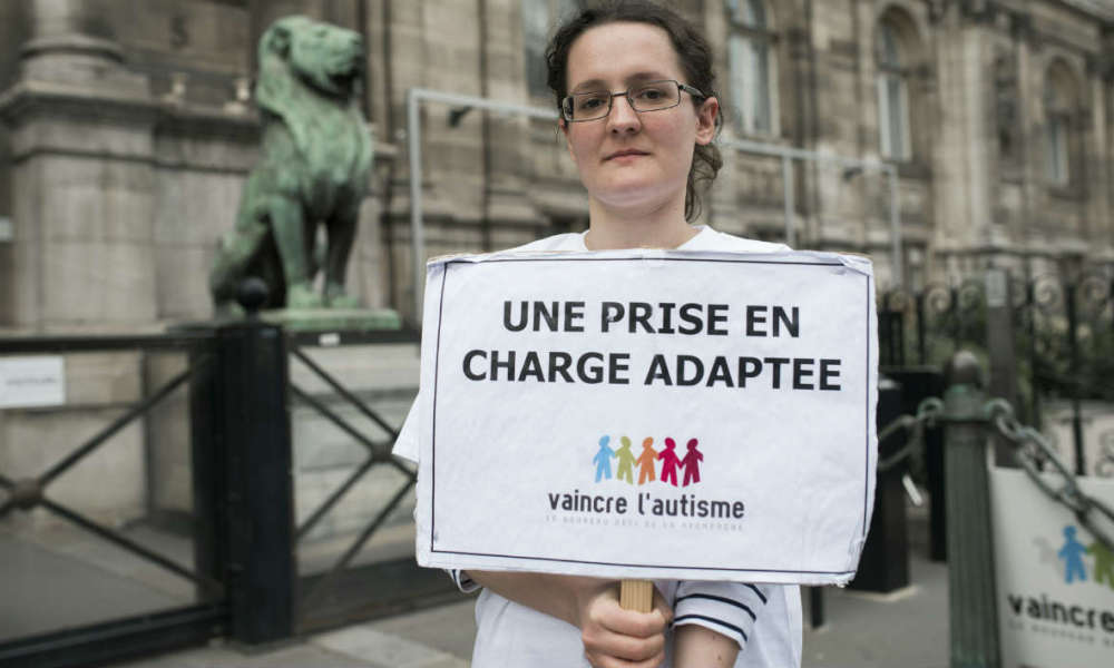 Une femme de l'association Vaincre l'autisme, le 21 avril 2016, à Paris. (Photo d'illustration)