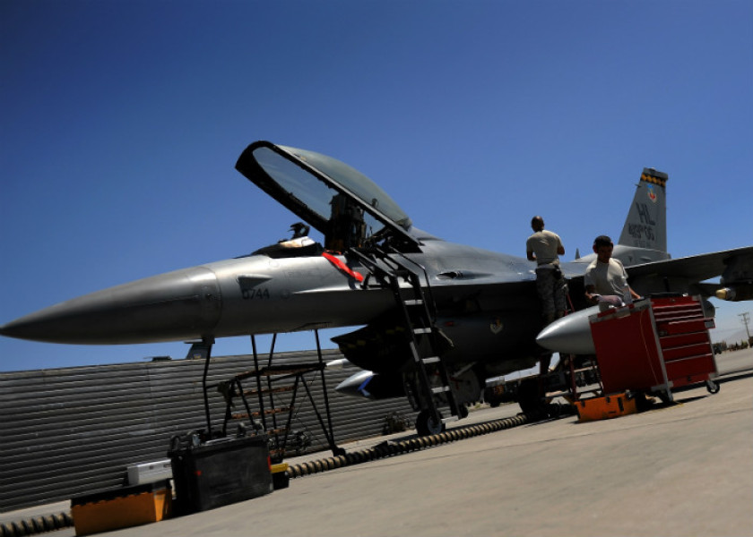 Two US Airforce grounstaff inspect a F-16 fighter jet at the Bagram Airbase in the Parwan province, some 50 kms north of Kabul on August 10, 2009. The top US military commander in Afghanistan says the Taliban have gained the upper hand in the country, forcing the United States to change its strategy by increasing the number of troops in heavily populated areas, The Wall Street Journal reported. AFP PHOTO/ MANAN VATSYAYANA