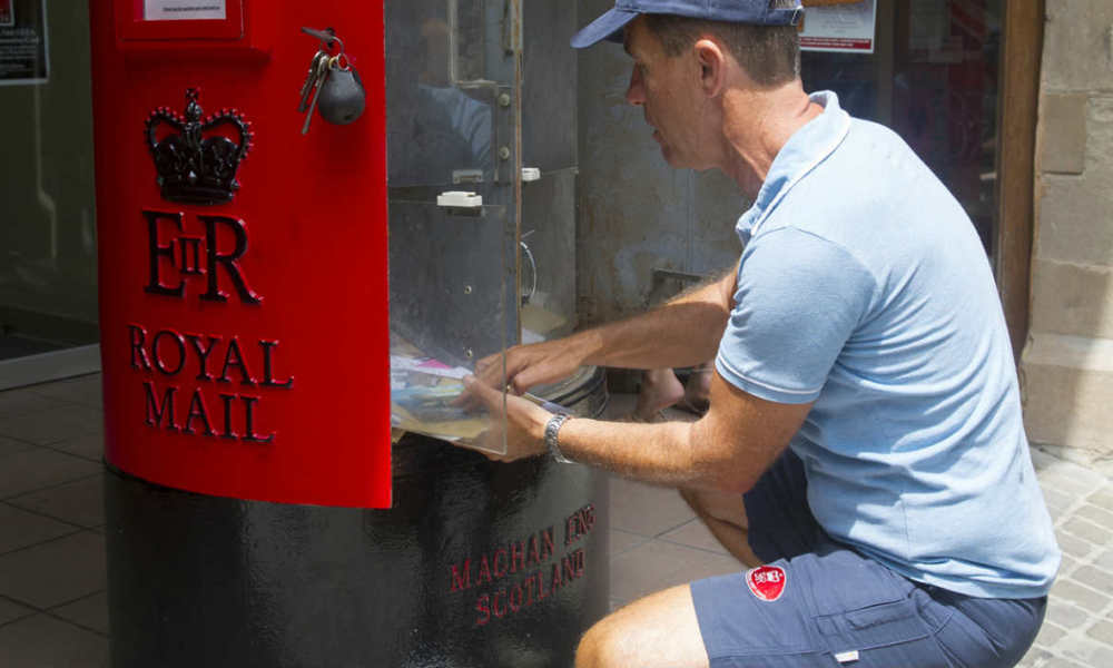 Un facteur du Royal Mail en plein travail, le 13 août 2013. (Photo d'illustration)