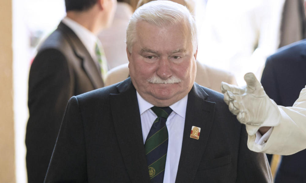 Polish former president Lech Walesa (L) arrives at the La Moneda presidential palace in Santiago on March 15, 2016 to meet Chilean President Michelle Bachalet. Walesa is in Chile to give private lectures. AFP PHOTO / MARTIN BERNETTI  MARTIN BERNETTI / AFP