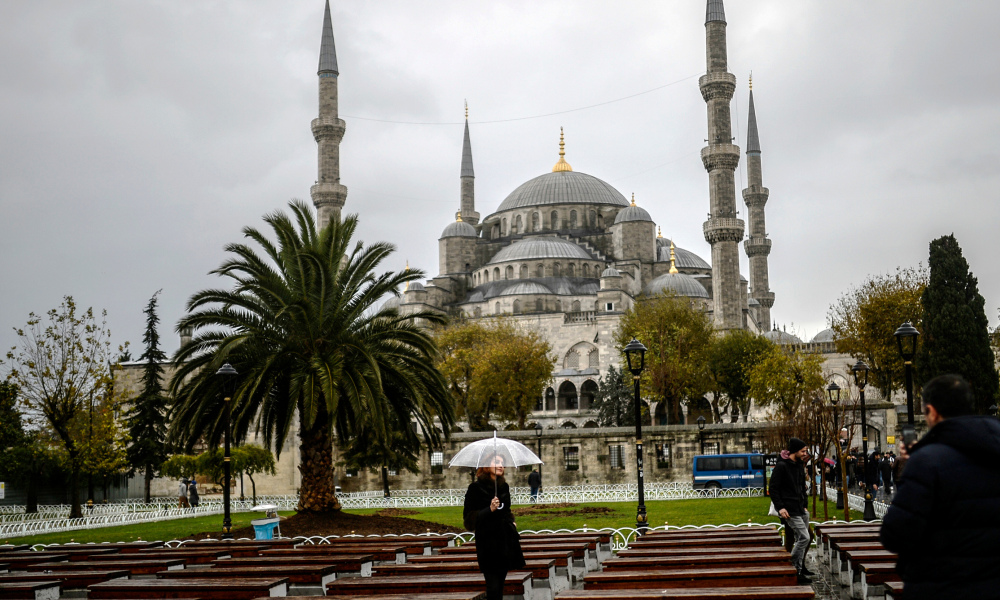 Devant la Mosquée Bleue, à Istanbul, le 25 novembre 2014. (photo d'illustration)