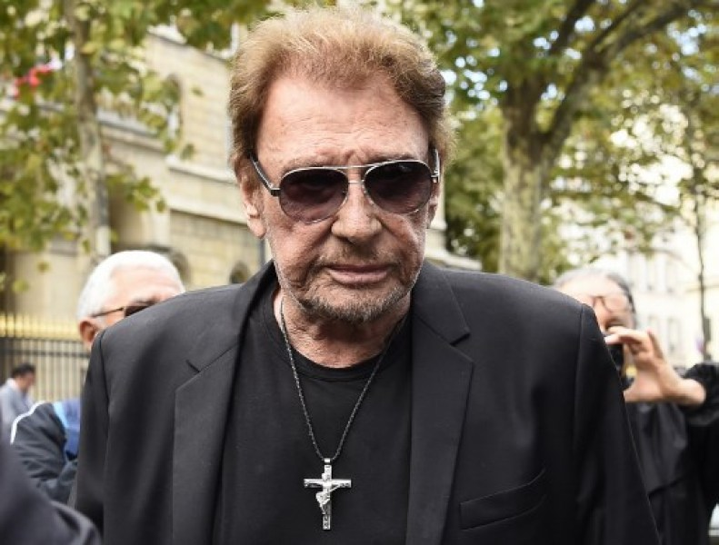 le pendentif de johnny hallyday victime de son succ s. Black Bedroom Furniture Sets. Home Design Ideas