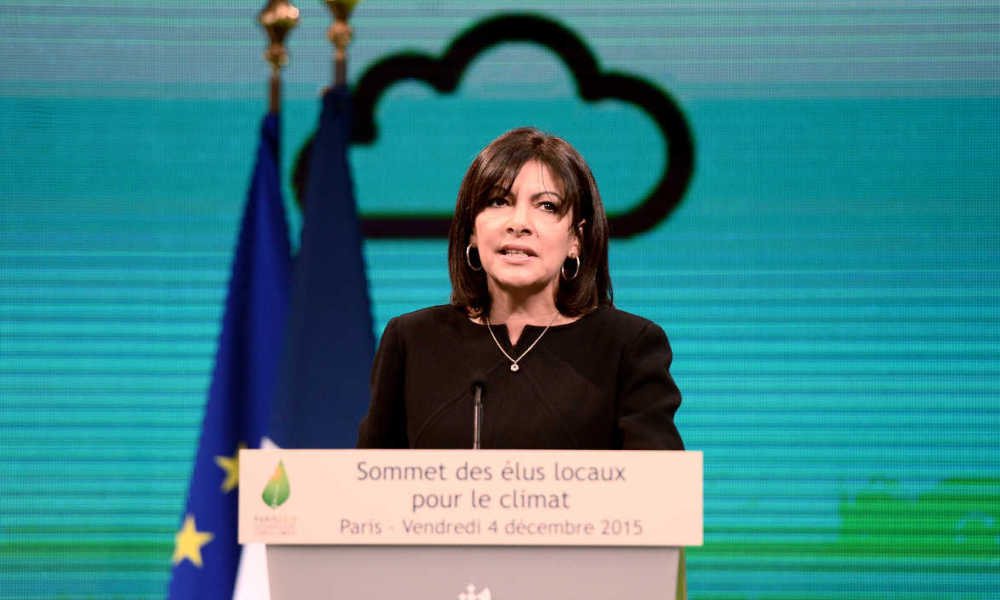 Mayor of Paris, Anne Hidalgo, delivers a speach during a summit on climate on December 4, 2015 at the Paris townhall. STEPHANE DE SAKUTIN / AFP