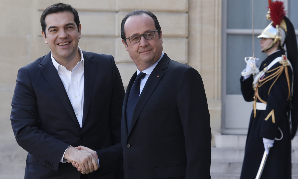 French President Francois Hollande (C) welcomes Greek Prime Minister Alexis Tsipras (L) at the Elysee Palace in Paris on March 12, 2016 before a meeting of European social democratic leaders on the future of the European Union. AFP PHOTO / DOMINIQUE FAGET  DOMINIQUE FAGET / AFP