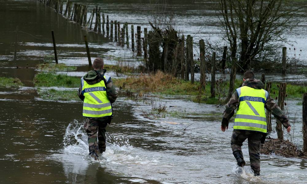 Gendarmes search a 70-year-old German citizen, gone missing the day before, on January 5, 2018 near the flooded Aube river near Rouvres-sur-Aube.  FRANCOIS NASCIMBENI / AFP
