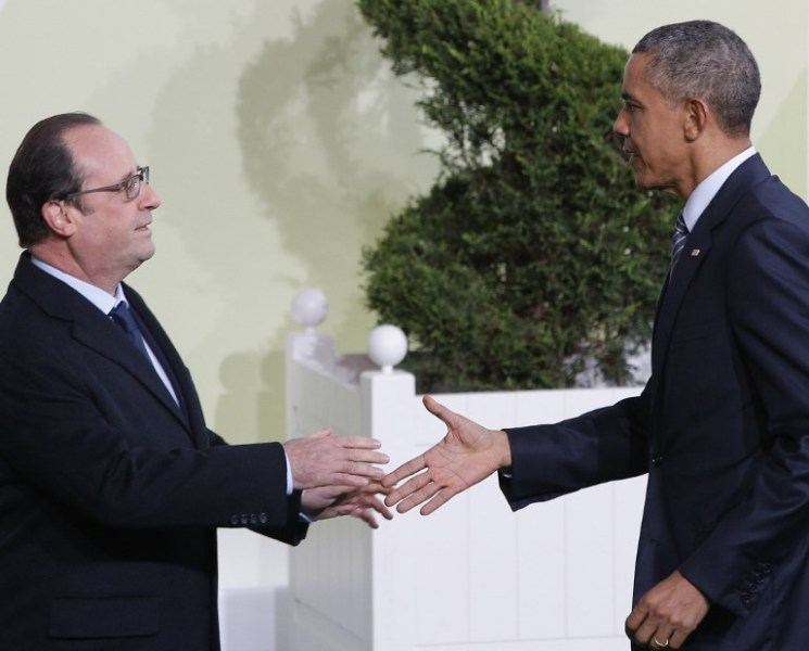 "France's President Francois Hollande (L) greets US President Barack Obama as he arrives for the COP21 United Nations Climate Change Conference on November 30, 2015 in Le Bourget, outside Paris. More than 150 world leaders are meeting under heightened security, for the 21st Session of the Conference of the Parties to the United Nations Framework Convention on Climate Change (COP21/CMP11), also known as ""Paris 2015"" from November 30 to December 11. AFP PHOTO / POOL / CHRISTOPHE ENA"