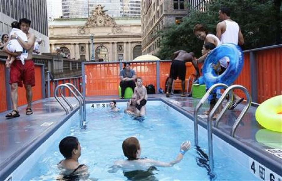A new york, des bennes à ordures converties en piscines