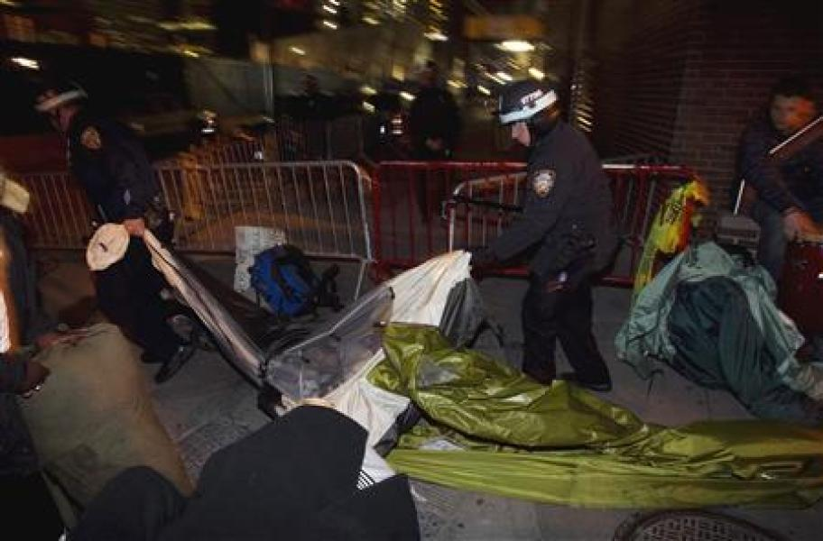 "La police new-yorkaise évacue le campement d'""occupy wall street"""