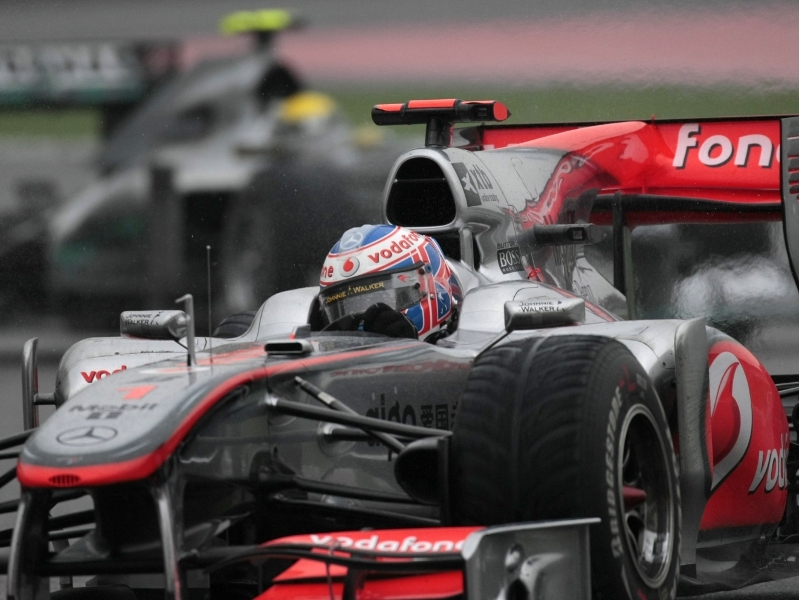 Button devant Räikkönen, Grosjean out