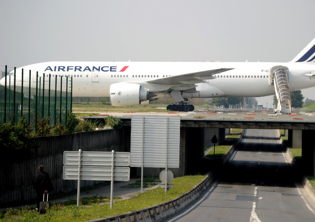 FRANCE, ROISSY : An Air France plane is parked on the tarmac of Charles de Gaulle airport on September 24, 2014 in Roissy during an Air France pilots strike. AFP PHOTO / STEPHANE DE SAKUTIN