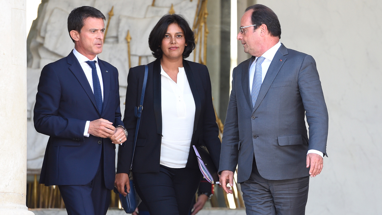 French president Francois Hollande (R), and French Prime Minister Manuel Valls, escort New French Labour minister Myriam El Khomri, after her designation, at the Elysee palace on September 02, 2015, in Paris. AFP PHOTO/ ALAIN JOCARD  ALAIN JOCARD / AFP