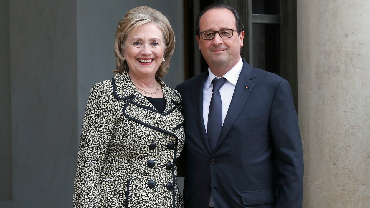 "Former US Secretary of State and Senator Hillary Clinton (L) poses with French President Francois Hollande (R) as she leaves the Elysee Palace in Paris on July 8, 2014, after their meeting. Clinton is on a tour to promote her memoirs entitled ""Hard Choices."" AFP PHOTO / THOMAS SAMSON THOMAS SAMSON / AFP"