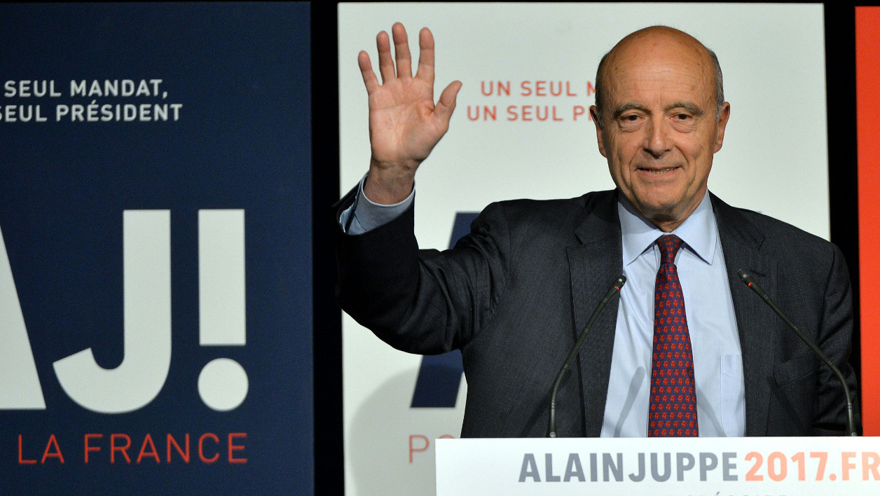 Mayor of Bordeaux and candidate for the right-wing Les Republicains (LR) party primary Alain Juppe waves after delivering a speech during in Saint-Gregoire, western France, on April 20, 2016.  JEAN-FRANCOIS MONIER / AFP