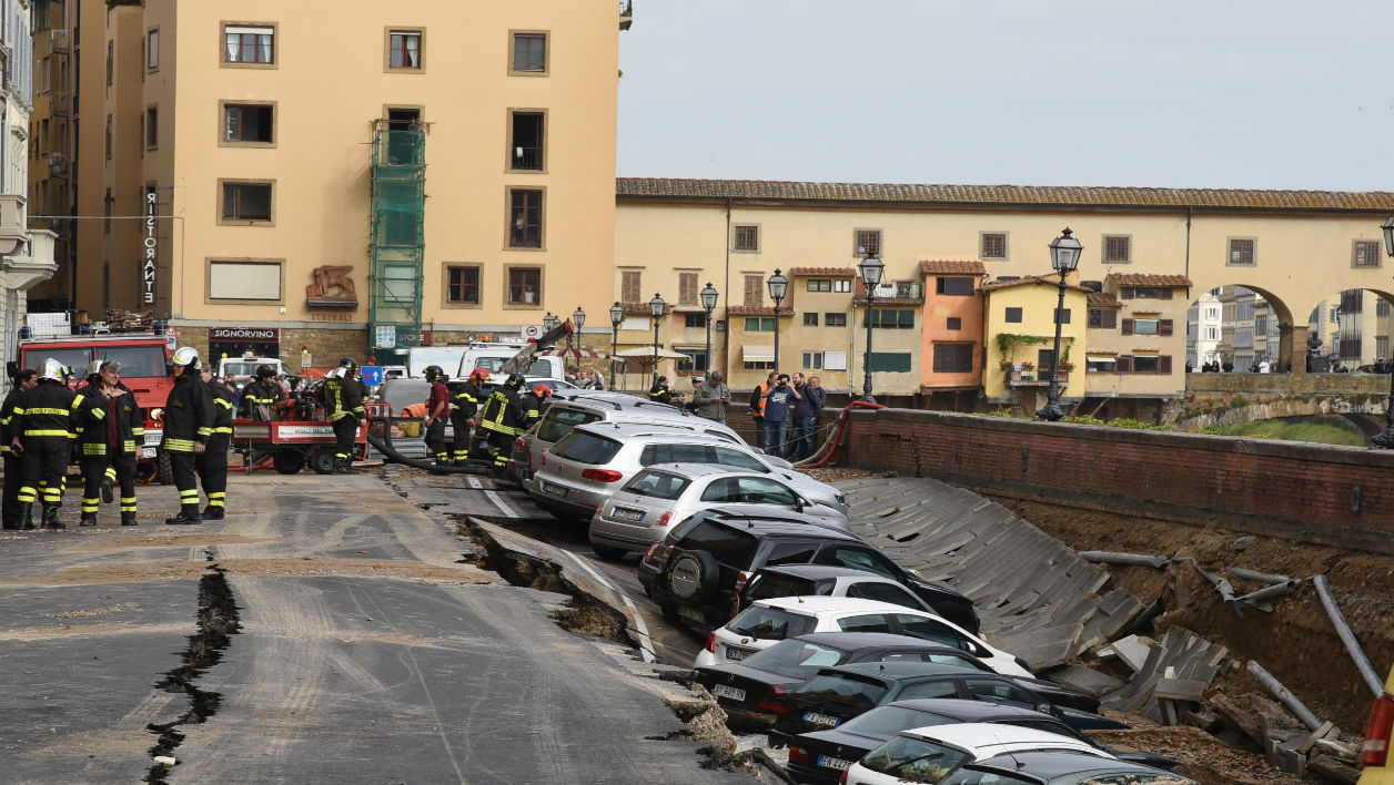 Firemen work along the Arno river where a collapsing of two hundred meters by seven wide occured early on May 25, 2016 on Lungarno Torrigiani in central Florence between Ponte Vecchio and Ponte alle Grazie. The collapse could be due to the rupture of a large water pipe firemen said.  CLAUDIO GIOVANNINI / AFP
