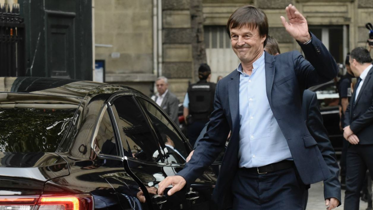 Former French Minister for the Ecological and Inclusive Transition Nicolas Hulot waves as he leaves the Ministry of Ecology in Paris, on September 4, 2018 at the end the handover ceremony.  PHILIPPE LOPEZ / AFP