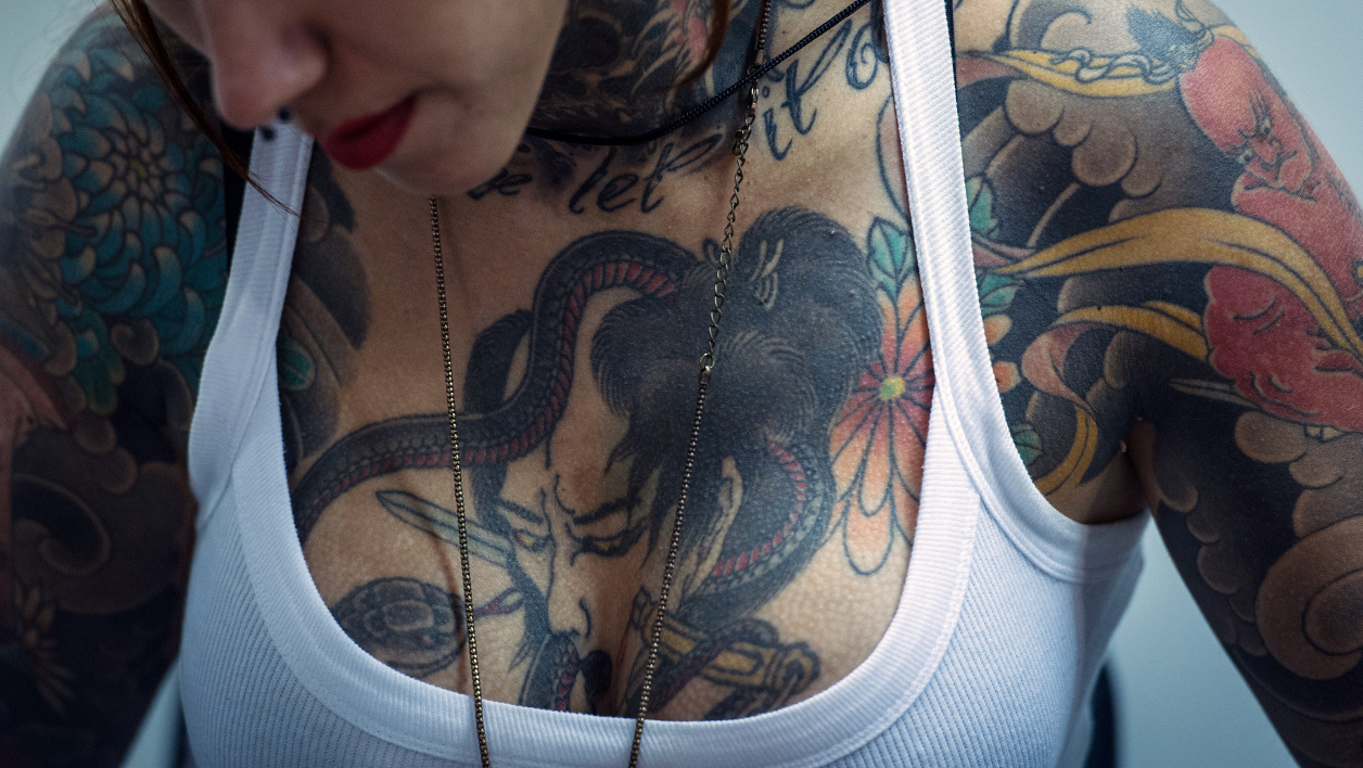 Tatouage - A tattoo artist works during the 8th Tattoo Festival in Sao Paulo, Brazil, on March 23, 2013. AFP PHOTO / Yasuyoshi CHIBA YASUYOSHI CHIBA / AFP