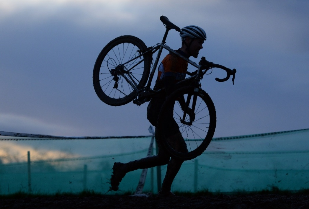 Un coureur de cyclo-cross