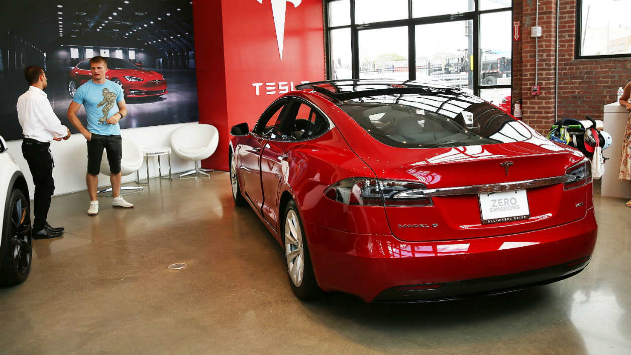 Une Tesla Model S dans une concession à New-York (Etats-Unis).