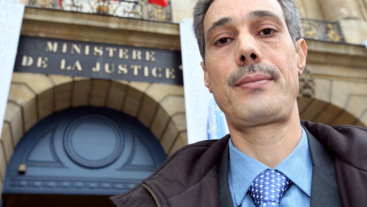 (FILES) This file photo taken on December 1, 2008 shows Omar Raddad, who requests a reviewal of his 1994 sentense for the murder of Ghislaine Marchal in 1991, arriving at the Justice ministry in Paris for a meeting with the Justice minister advisor. DNA samples found on three court sealed pieces of evidence in the Omar Raddad case neither match the Moroccan gardner's nor those of potential suspects who had been designated by his lawyer, the Nice courthouse announced on October 10, 2016. MEHDI FEDOUACH / AFP