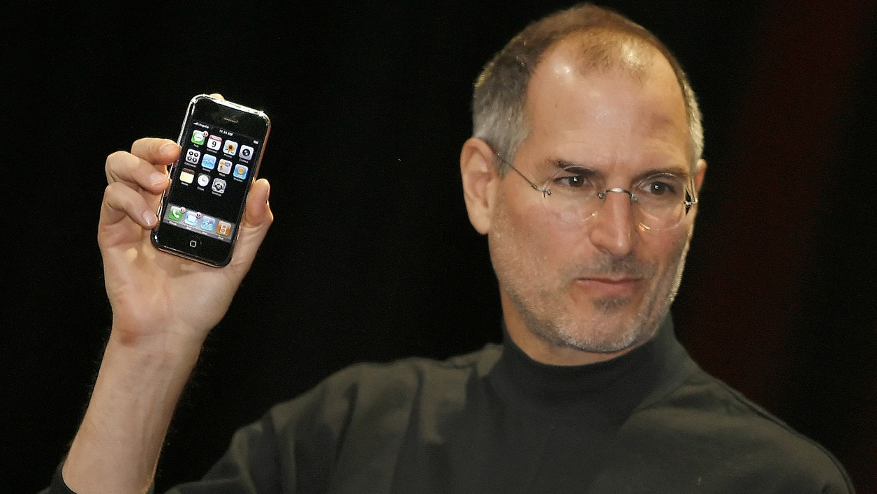 "Apple chief executive Steve Jobs unveils a new mobile phone that can also be used as a digital music player and a camera, a long-anticipated device dubbed an ""iPhone."" at the Macworld Conference 09 January 2007 in San Francisco, California."