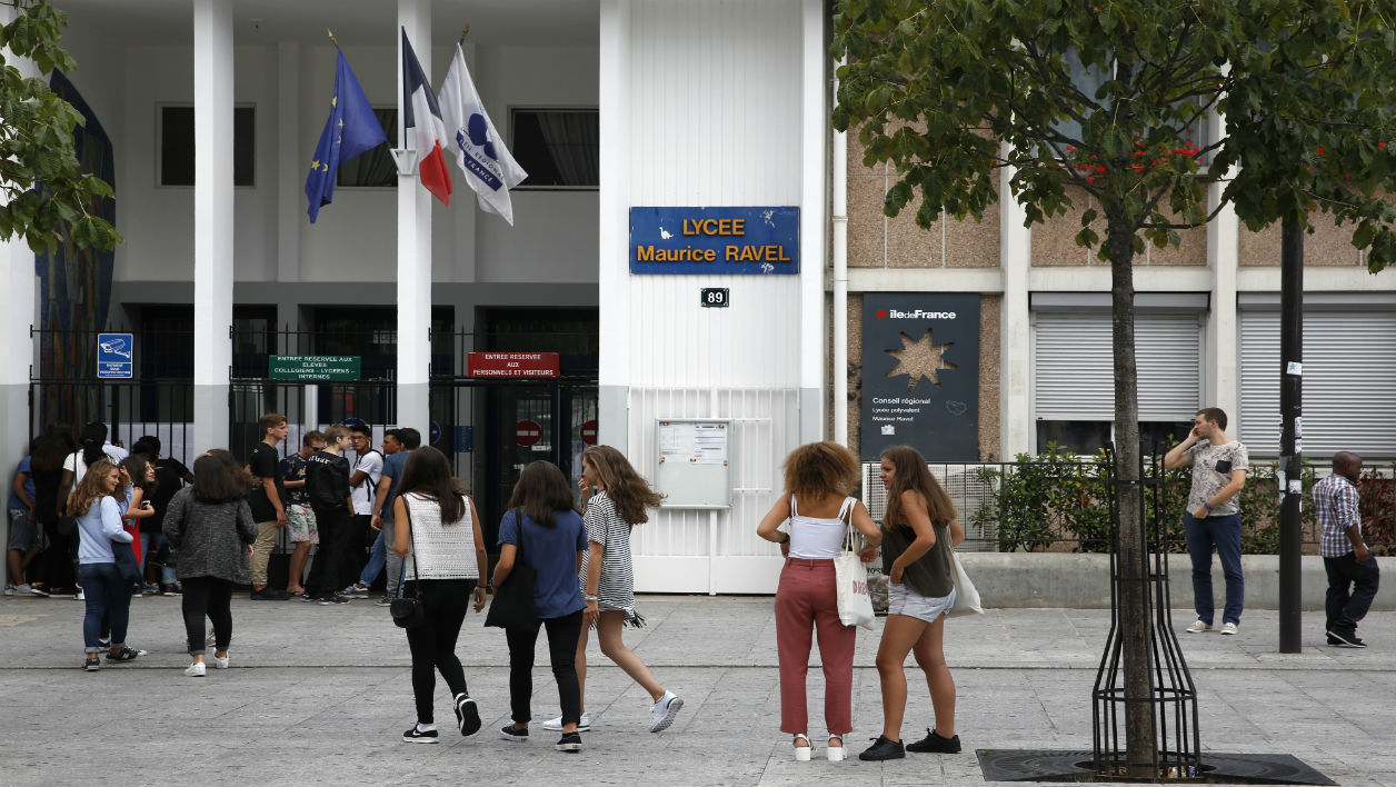 College students stand in front of the Maurice Ravel high school in Paris, on August 31, 2015, on the eve of the start of the new school year. AFP PHOTO / FLORIAN DAVID  FLORIAN DAVID / AFP
