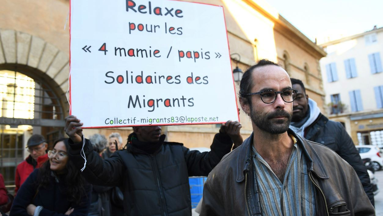 """French farmer and member ot the migrants rights association """"Roya citoyenne"""" Cedric Herrou leaves the courthouse in Aix-en-Provence, on November 15, 2017, where he came in support to four members of the association who face charges for transporting illegal migrants near the French-Italian border.  ANNE-CHRISTINE POUJOULAT / AFP"""