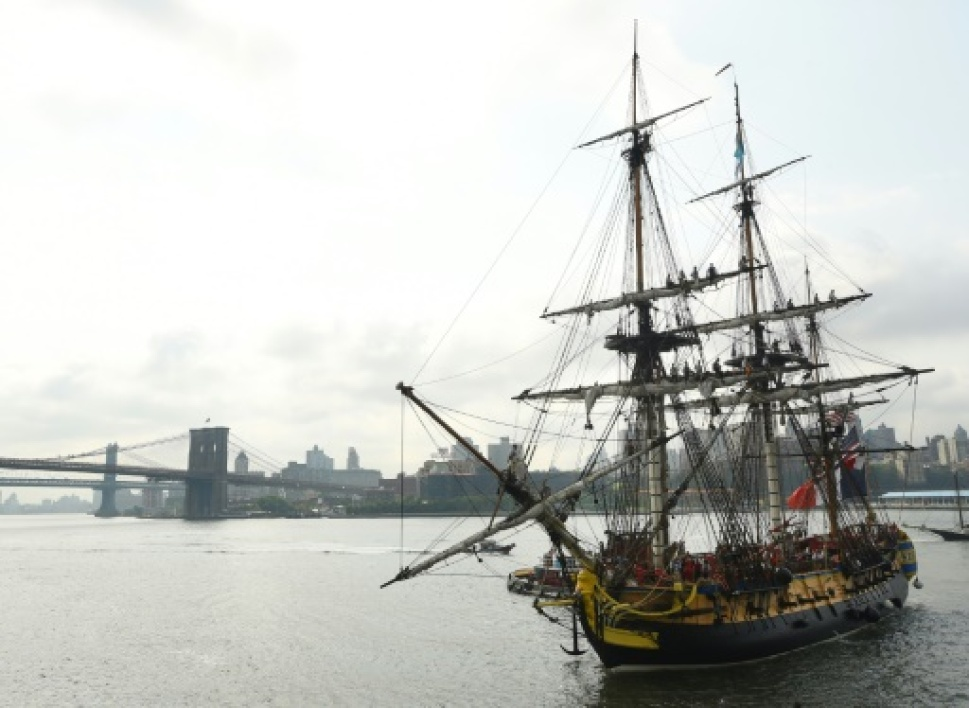 La réplique de la frégate Hermione arrive à South Street Seaport à New York le 1er juillet 2015