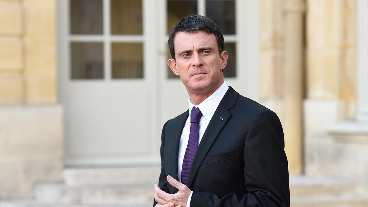French Prime minister Manuel Valls waits the arrival of his Quebec counterpart prior to the opening of the COP21 climate summit on November 28, 2015 in Paris. AFP PHOTO / ERIC FEFERBERG