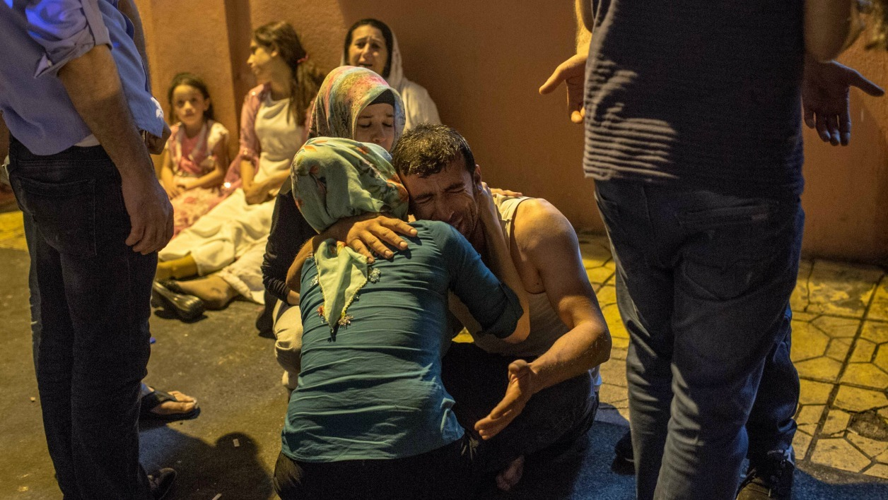 Relatives grieve at hospital August 20, 2016 in Gaziantep following a late night militant attack on a wedding party in southeastern Turkey. The governor of Gaziantep said 22 people are dead and 94 injured in the late night militant attack.  AHMED DEEB / AFP