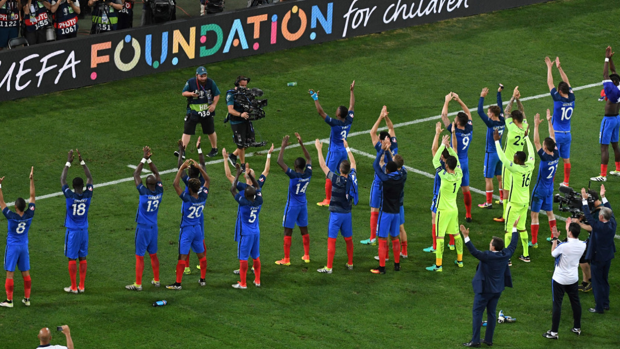Bleus-clapping-supporters.jpg