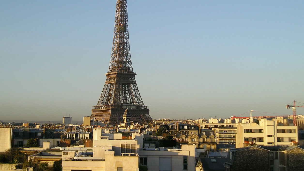 Eiffel_Tower_from_the_top_of_a_building_located_rue_de_l'Université_Paris_January_2005.jpg