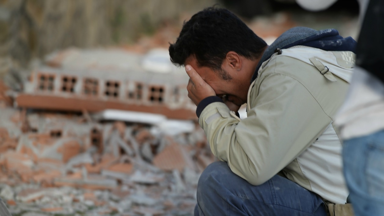 Italie séisme - A man reacts after a strong heathquake hit Amatrice on August 24, 2016. Central Italy was struck by a powerful, 6.2-magnitude earthquake in the early hours, which has killed at least three people and devastated dozens of mountain villages. Numerous buildings had collapsed in communities close to the epicenter of the quake near the town of Norcia in the region of Umbria, witnesses told Italian media, with an increase in the death toll highly likely.