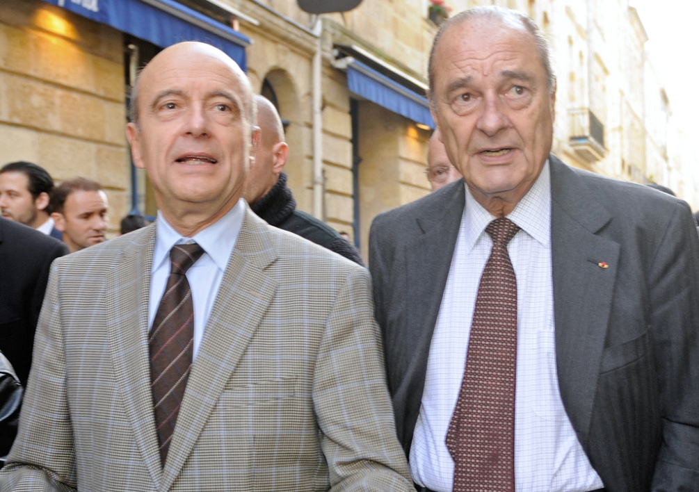 "FRANCE, Bordeaux : Former French President Jacques Chirac (R) and his former minister and Bordeaux' mayor Alain Juppe walk in the streets of Bordeaux, southeastern France after a lunch on November 20, 2009. Chirac, two years after leaving the Elysee palace, makes a visit to promote his book entitled ""Every Step Should Be a Goal"", the 500-page first book of a two-volume autobiography on his 12 year presidency. AFP PHOTO JEAN-PIERRE MULLER"