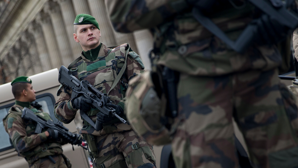 militaires - French soldiers patrol outside Notre Dame de Paris cathedral as part of the Operation Sentinelle in Paris, on December 30, 2015.  KENZO TRIBOUILLARD / AFP