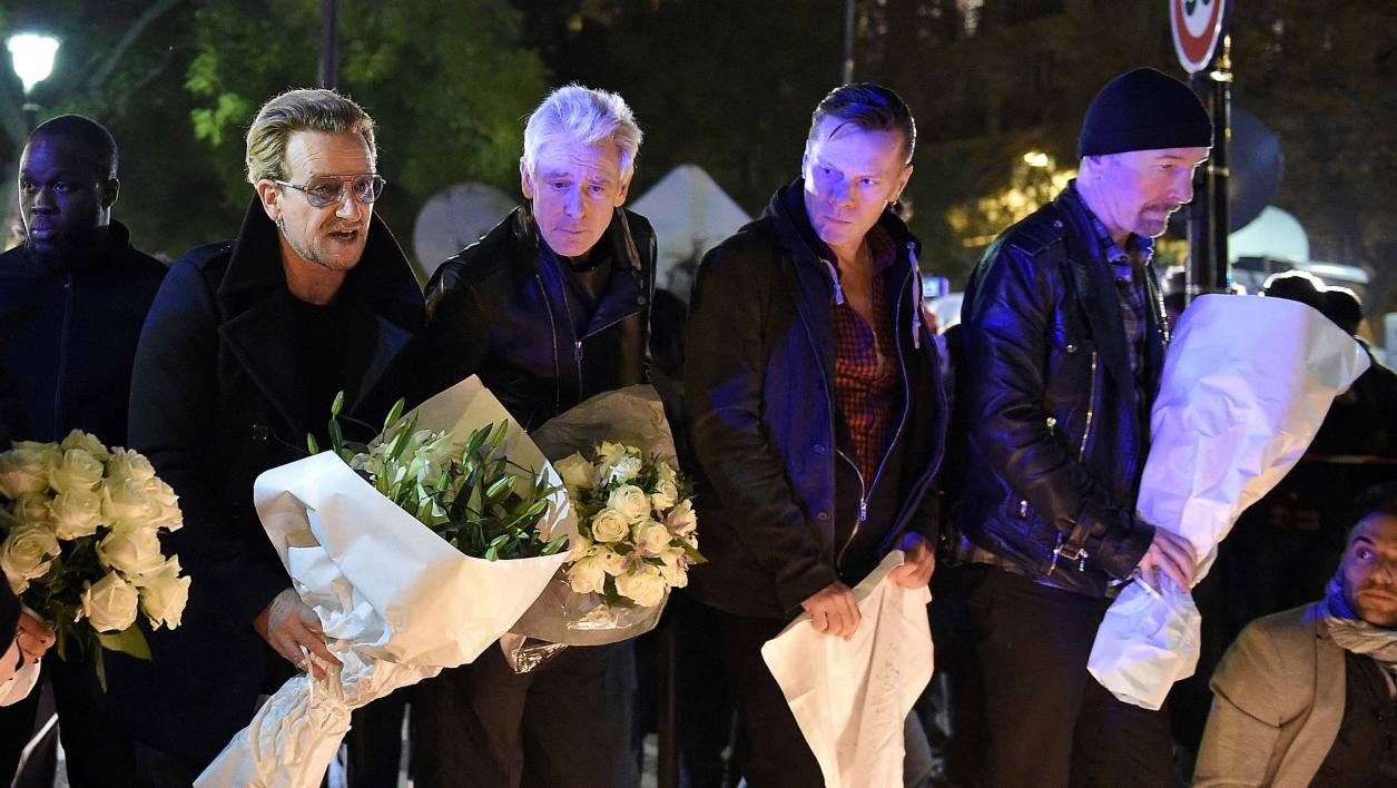 Bono, The Edge, Adam Clayton et Larry Mullen Junior se sont recueillis près du Bataclan à Paris.