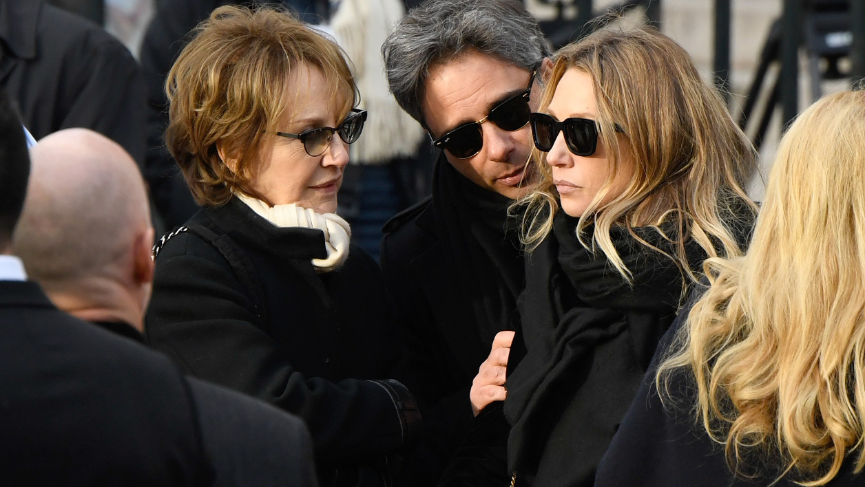 Nathalie Baye avec sa fille Laura Smet. à l'enterrement de Johnny.