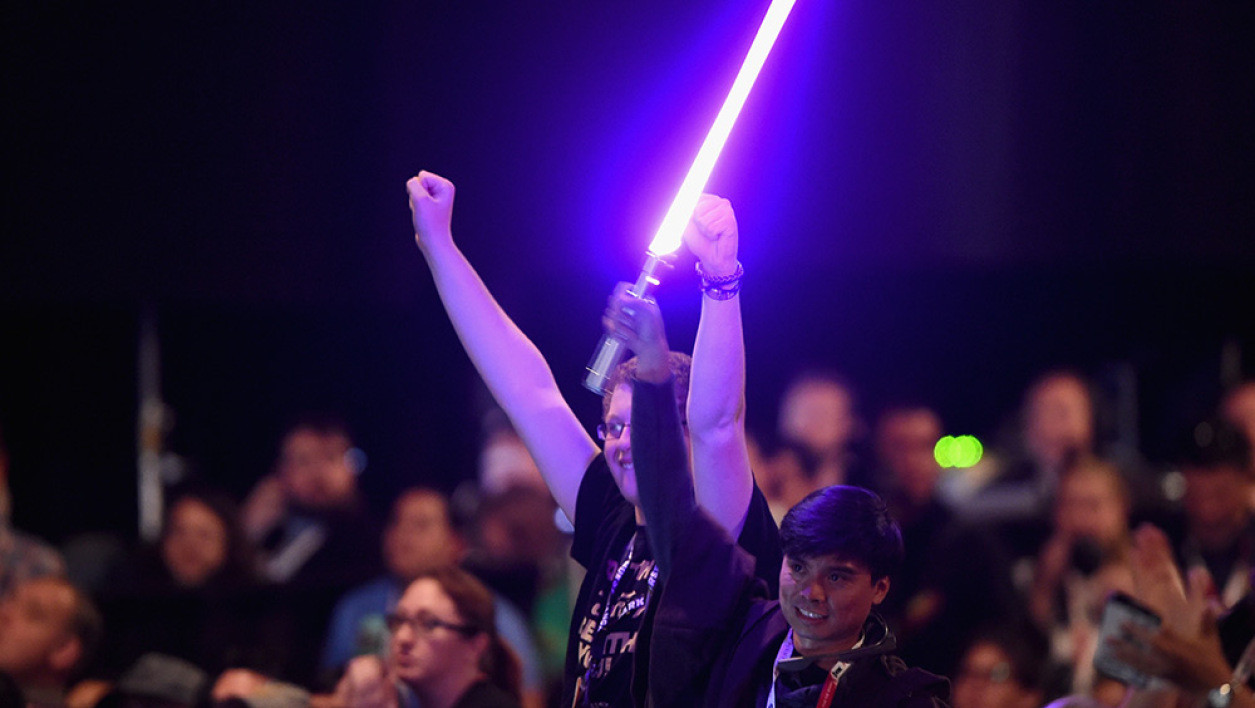 "Un fan de Star Wars et son sabre laser, pendant la conférence sur ""Star Wars: The Force awakens"" à la comic-con de San Diego."
