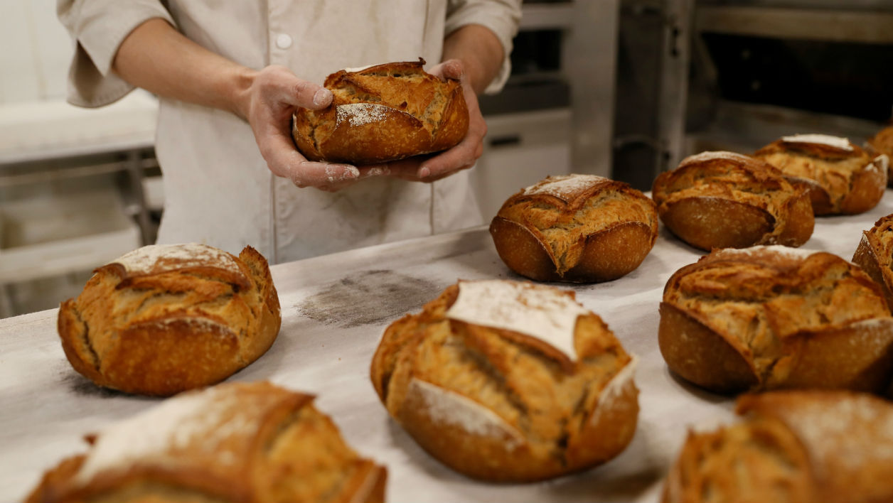 A baker makes bread in the bakery of an hypermarket store of French retail giant Carrefour, in Villeneuve-la-garenne, near Paris, on December 7, 2016.  Thomas SAMSON / AFP