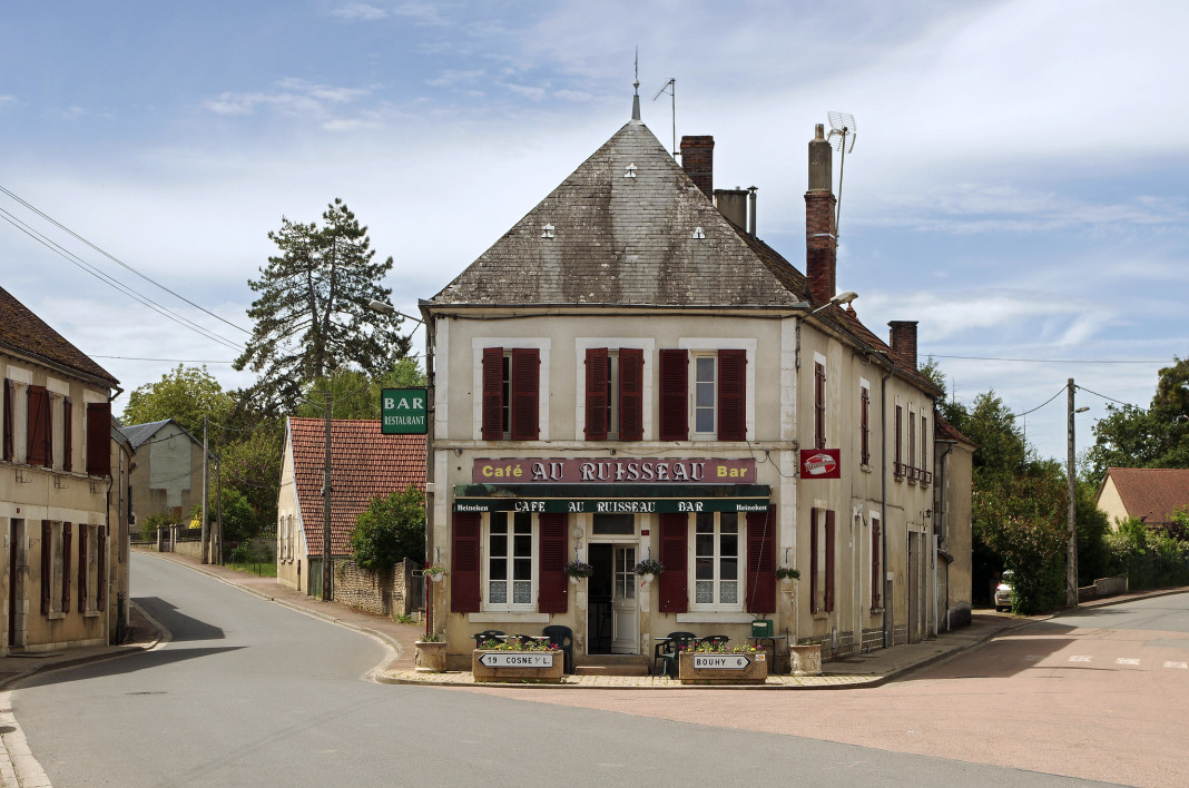 Un bar dans un village de la Nièvre - photo d'illustration