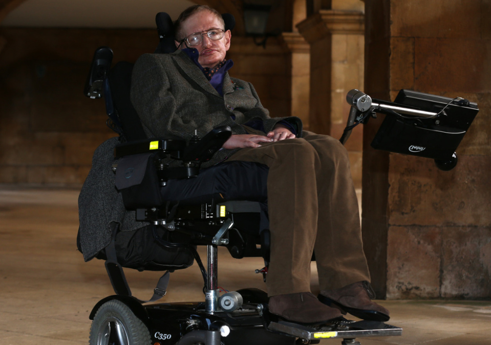 UNITED KINGDOM, Cambridge : Theoretical physicist Stephen Hawking poses for a picture ahead of a gala screening of the documentary film 'Hawking', a film about his life, at the opening night of the Cambridge Film Festival in Cambridge, eastern England on September 19, 2013. Hawking tells the extraordinary tale of how he overcame severe disability to become the most famous living scientist in a new documentary film premiered in Britain. AFP PHOTO / ANDREW COWIE